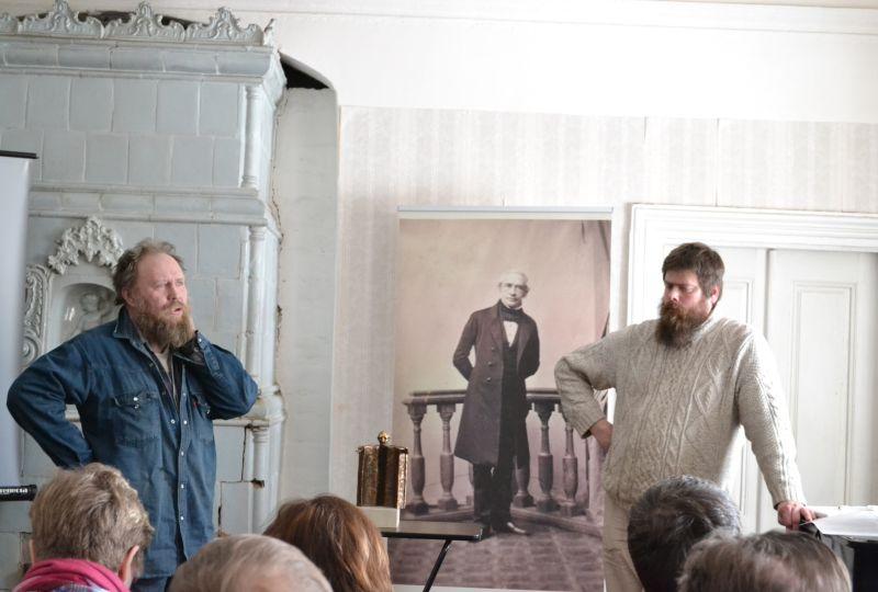 Eduard Ahrensi konverentsi emotsionaalseima osa moodustas Aivar Simsoni ja Paul Männi ajalooline ülevaade ja mõtisklus Ahrensi monumendi saamisloo teemal. Toomas Mäeväli