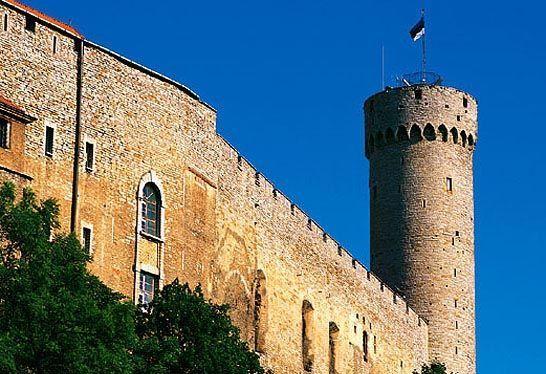 Kui loomeliitude ühispleenum 1988. aasta aprillis kogunes, lehvis Pika Hermanni tornis veel punalipp. 23. veebruaril 1989 kell 22 langetati punalipp ja 24. veebruaril 1989 kell 8.33 heisati torni sinimustvalge lipp. Arhiiv