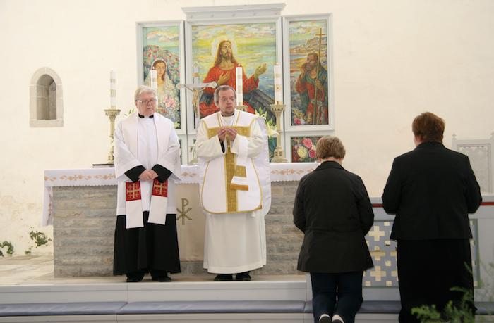 Märjamaa kiriku altarimaalil seisab Jeesuse paremal käel neitsilik Maarja, valged liiliad süles. Armulauda jagavad Illimar Toomet (paremal) ja Tapio Hiltunen.Kalju Kiisler